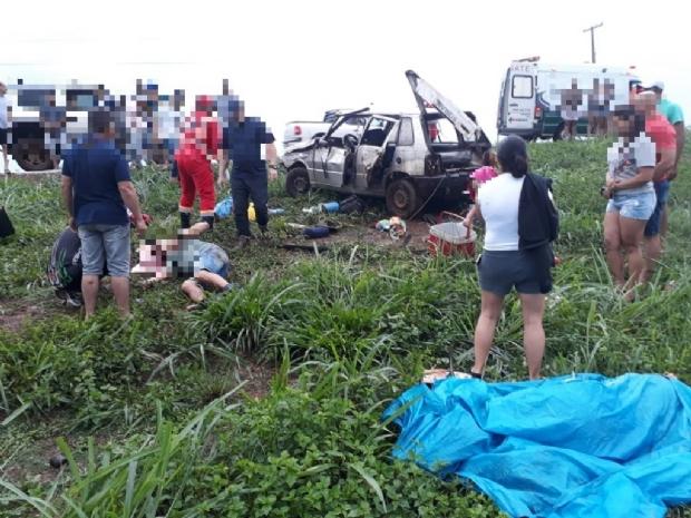 Duas pessoas são socorridas em estado grave após colisão entre carros