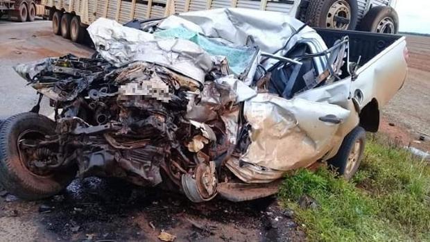 Motorista de L200 fica preso às ferragens e morre após colisão com carreta; veja fotos