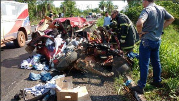 Motorista morre após invadir pista contrária e colidir contra carreta