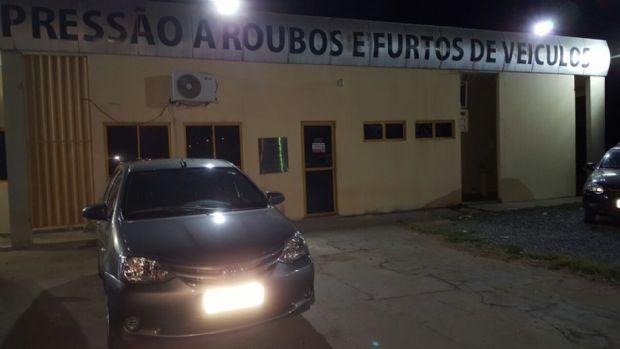 Operação da Delegacia de Roubos e Furtos prende dois com carro e motocicleta roubados