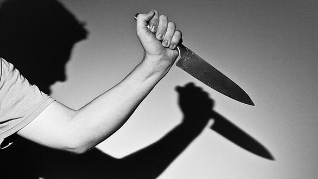 Homem de 43 anos é esfaqueado em avenida e suspeito foge com faca na mão