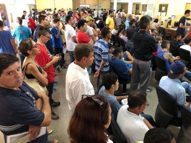 Após protestos, primeiro dia de serviços, foi marcado por longas filas