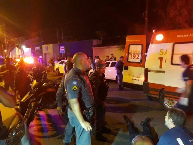 PM troca tiros com homem perto de bar universitário e dois ficam feridos
