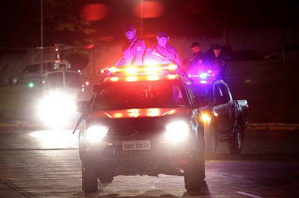 Em dois carros, criminosos promovem atentado contra PM; Três presos e um morto