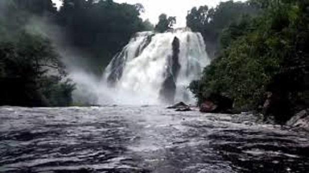 Bombeiros procuram por homem que desapareceu após cair de cachoeira