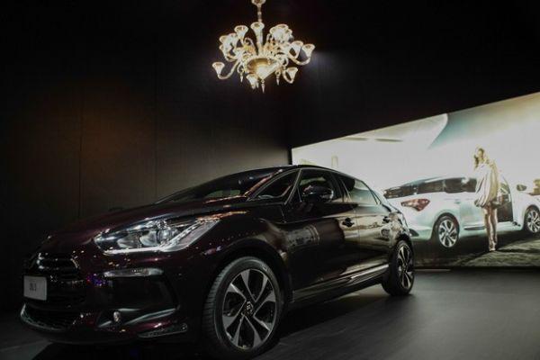 Exposto no Salão do Automóvel, DS 5 Faubourg Addict sai por menos do que lustre colocado acima do veículo