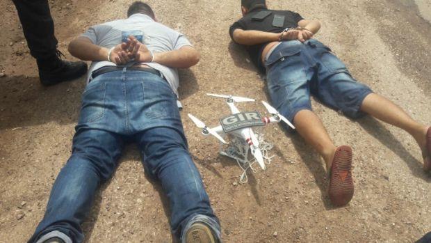 Agentes penitenciários flagram dupla pilotando drone 'carregado' com celulares