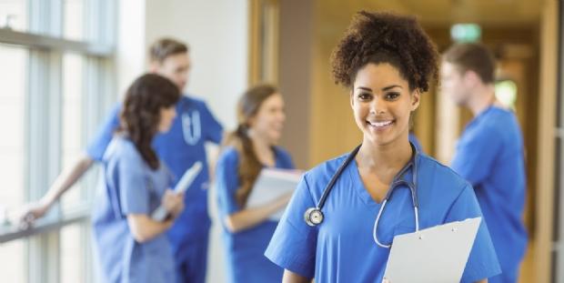 Estudantes de medicina e outros cursos poderão se formar antes do tempo para atuar contra o coronavírus