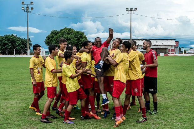 Hamilton Brandão já jogou no Flamengo e hoje é professor de uma escolinha de futebol em Jaciara