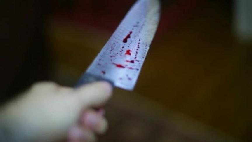Homem tira faca encravada no próprio peito e vai de moto a hospital para ser socorrido