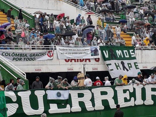 Homenagens marcam velório coletivo de 50 vítimas na Arena Condá