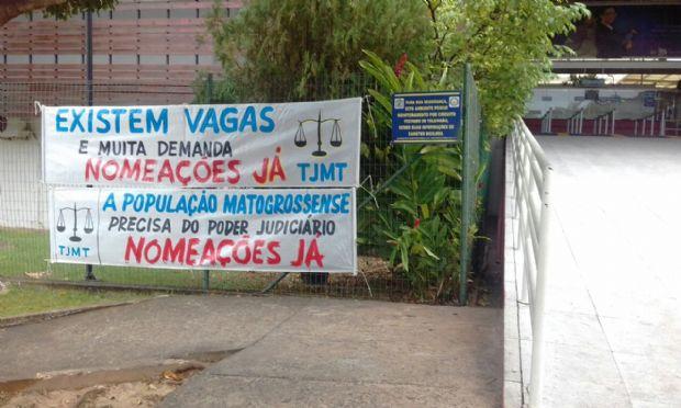Aprovados em concurso há mais de um ano protestam com faixas cobrando nomeação do TJ-MT