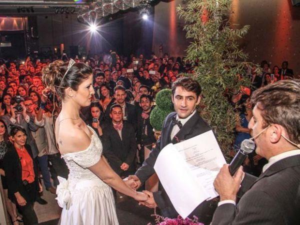 Noivos-atores participam de uma cerimônia da série de festas de casamentos fictícios realizada em Buenos Aires, na Argentina