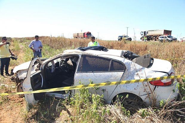 Condutor perde controle de Fluence, capota várias vezes e socorrista morre em acidente