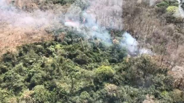 Bombeiros combatem incêndio no Parque Estadual Águas do Cuiabá
