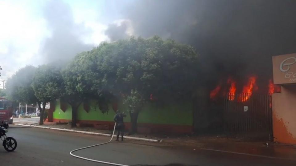 Loja de roupas é consumida pelo fogo; bombeiros utilizam dois caminhões para conter chamas