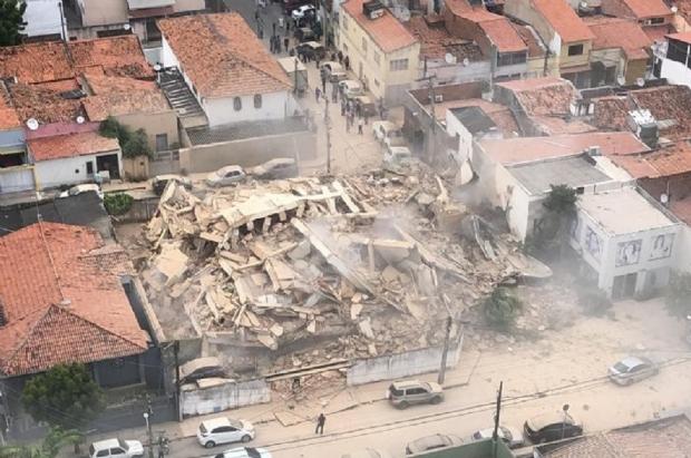 Prédio residencial desaba em Fortaleza e deixa ao menos uma pessoa morta