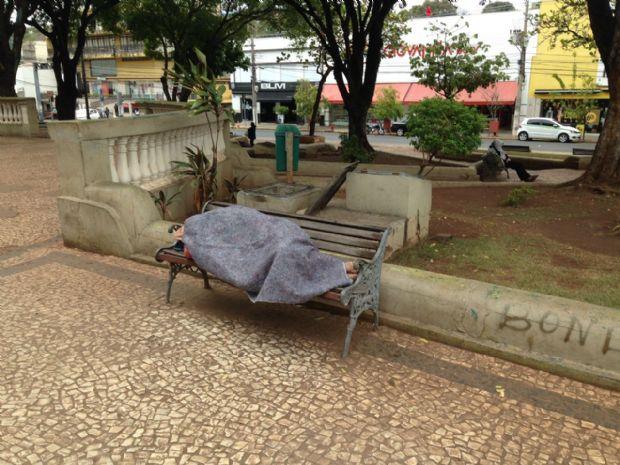 Morador de rua passa a noite em bueiro para se proteger da madrugada mais fria do ano em Cuiabá