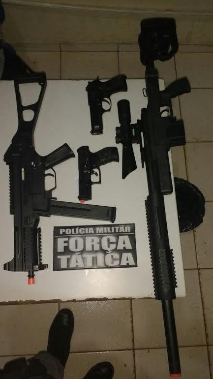 Adolescentes são presos com réplicas de fuzil, submetralhadora e pistolas