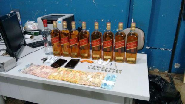 PM prende dono de bar vendendo bebida falsificada e apreende seis menores no local