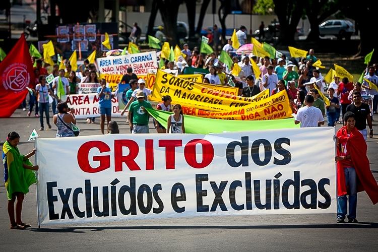 Na contramão dos atos pró-Bolsonaro, manifestantes contrários ao presidente fazem