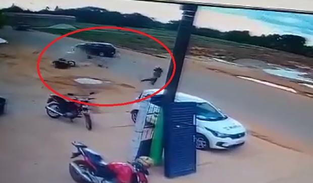 Motociclista sofre traumatismo craniano após colidir com carro e ser arremessado por 50 metros; veja vídeo