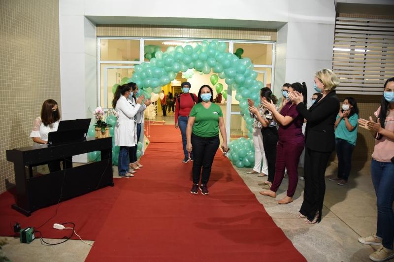 Enfermeiros e técnicos do Hospital Municipal de Cuiabá são homenageados com apresentação de piano