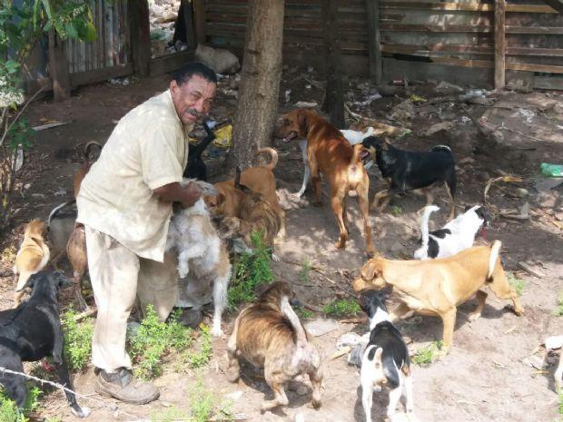 Campanha ajuda homem que mesmo passando necessidades já acolheu mais de 30 cães de rua
