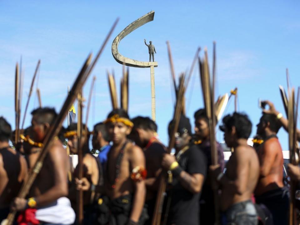 Foto de arquivo mostra indígenas em ato na Esplanada dos Ministérios pela demarcação de TIs