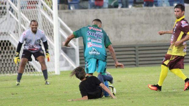 Torcedor invade campo e dá carrinho em Gabriel Jesus durante partida beneficente na Arena Pantanal