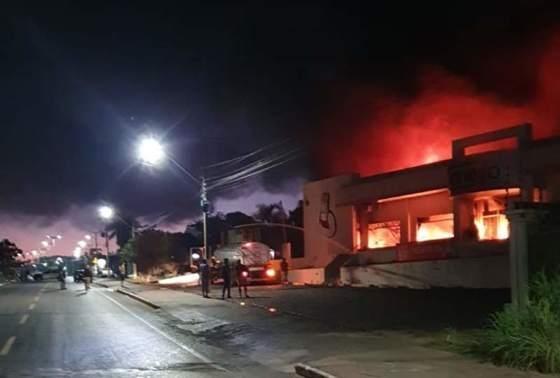 Loja de materiais para construção é consumida por incêndio durante a madrugada
