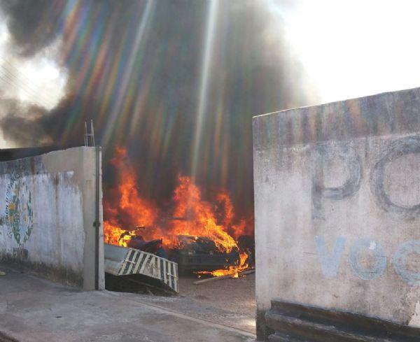 fogo destruiu quatorze veículos entre motos e carros