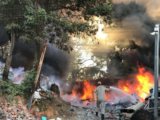 Incêndio no Goiabeiras assusta moradores e bombeiros fazem combate; veja