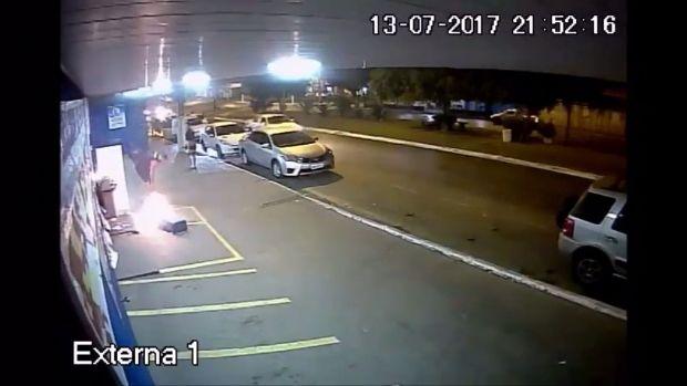 Vídeos revelam momento em que incêndio é provocado em supermercado e controlado por populares