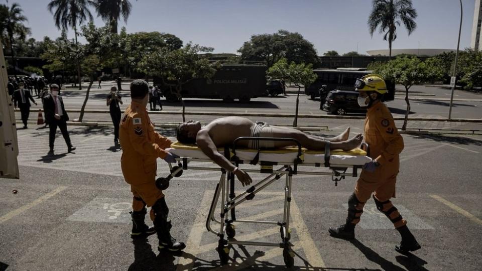 Indígena é socorrido por bombeiros após confronto em Brasília