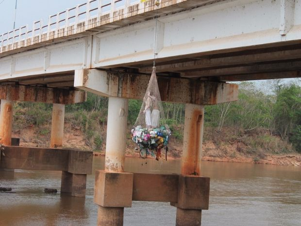 Casal dentro de rede de pesca e pendurado em ponte chama atenção de moradores;  veja