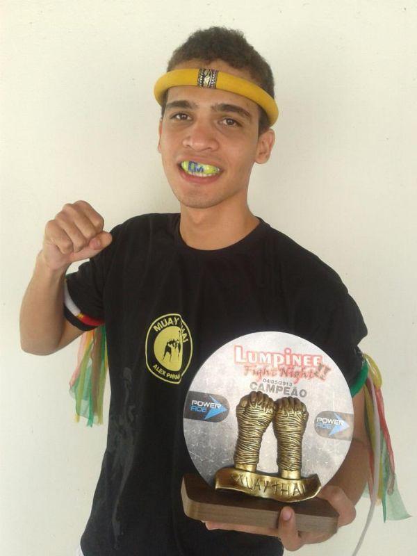 Lutador de MT nocauteia oponente com chute no rosto em competição nacional de Muay Thai Tradicional  veja fotos