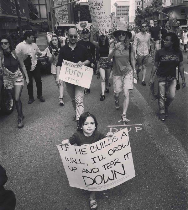 Foto de menino brasileiro em protesto contra Trump nos EUA viraliza na web