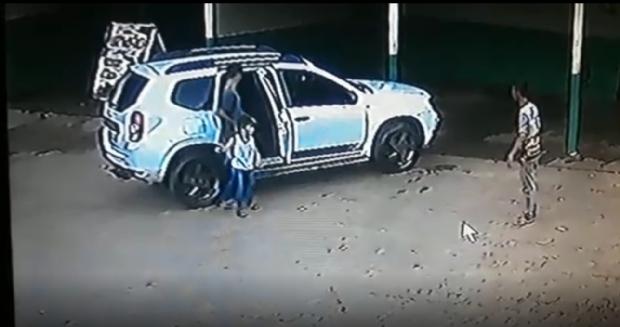 Criminosos quase levam criança durante roubo de carro em lava jato;  vídeo