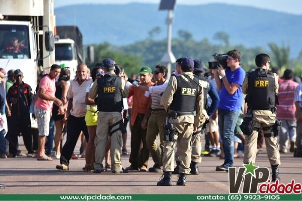 Garimpeiros persistem no bloqueio da BR-174 em Pontes e Lacerda