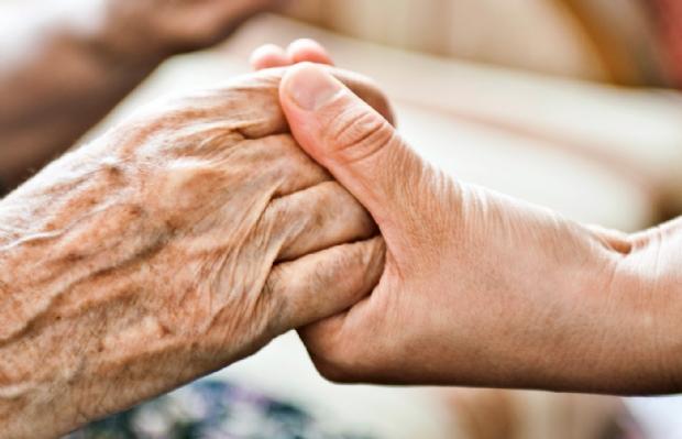 Idosa de 98 anos fica quase 48 horas presa embaixo do corpo de filha morta