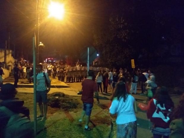 Manifestantes ficam feridos em confusão na chegada do ex-presidente Lula à PF