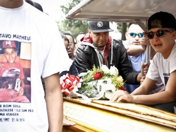 Cantor de funk ostentação MC Gui se emociona no enterro do irmão em SP