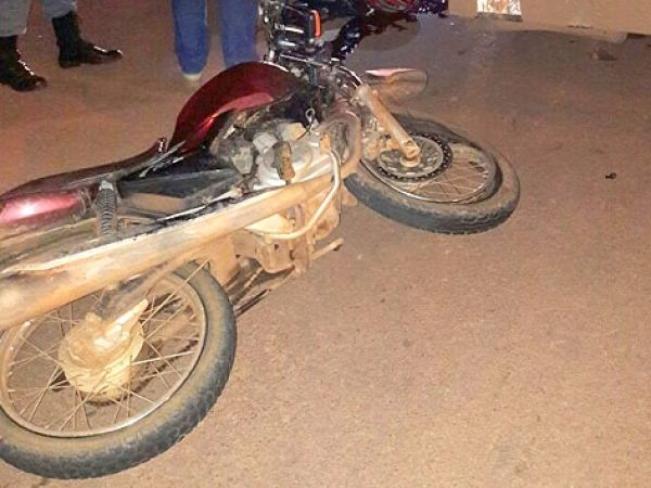 Por ciúmes, mulher joga carro em cima de moto e mata marido e 'rival'