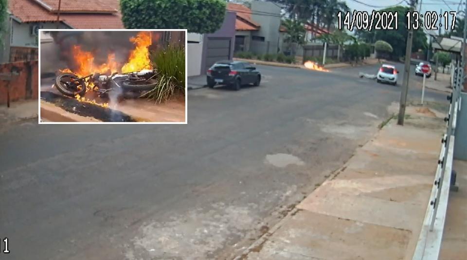 Motocicleta pega fogo de forma instantânea ao ser atingida por carro que 'furou' placa de Pare;  vídeo