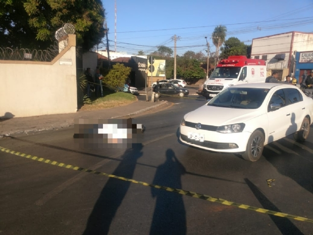 Motociclista colide com Voyage e morre atropelado por caminhão ao cair na pista