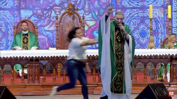 Mulher empurra Padre Marcelo Rossi de altar durante missa;  veja vídeo