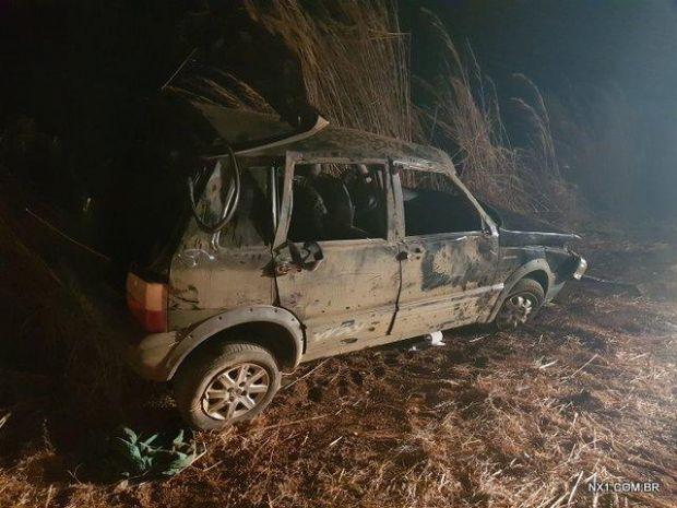 Veículo capota e mulher morre arremessada; criança de 11 anos ferida