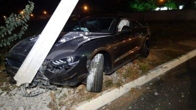 Ford Mustang avaliado em R$ 300 mil bate em poste