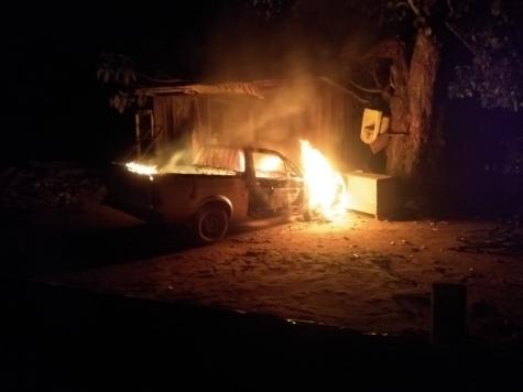 Após briga, jovem tentar matar o pai idoso e ateia fogo no carro da família